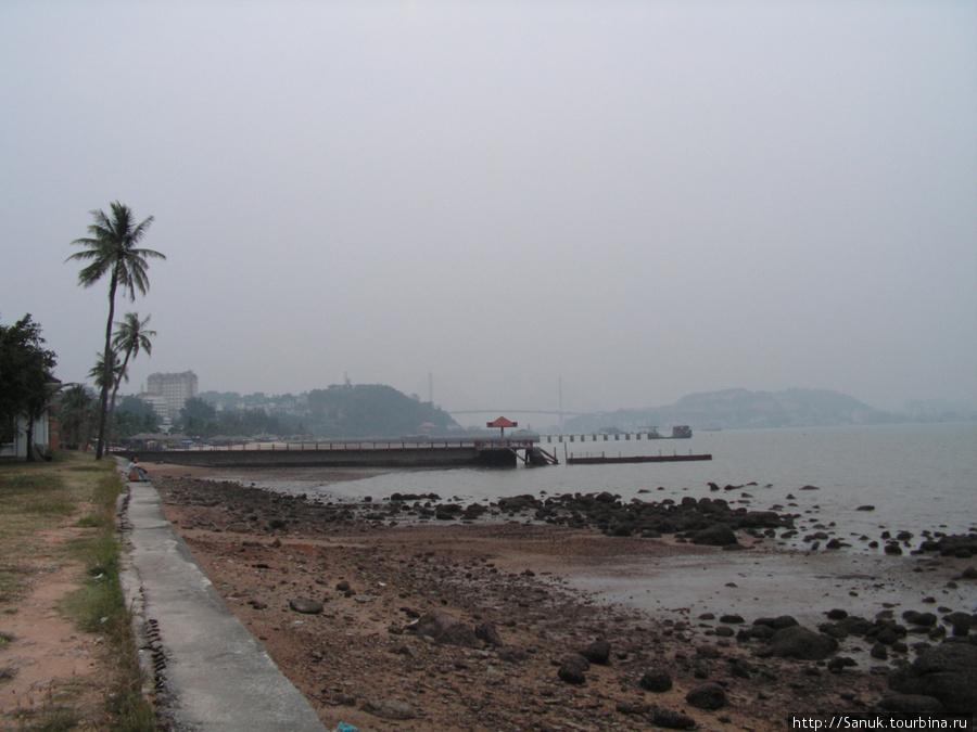 Halong City. На дальнем плане — Bai Chay Bridge.  С него, наверное, отличный вид. К сожалению, я добрался до него уже ночью