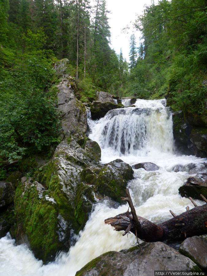 Третья речка в период дождей! Если простоит неделю сухая погода, то река становится в разы спокойнее и уже.