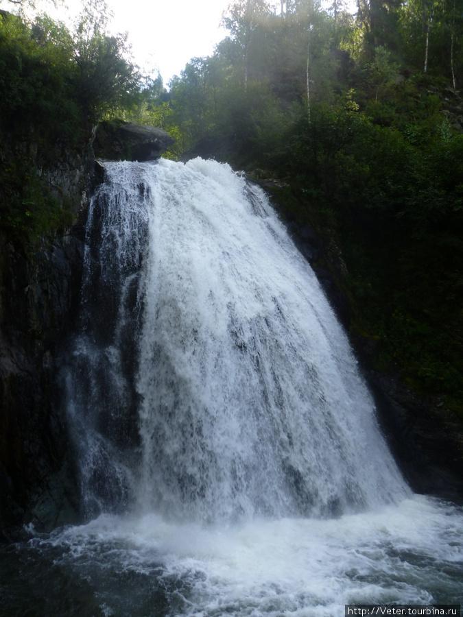 Водопад Корбу. Вода в нем холодная — холодная, как и в самом озере!
