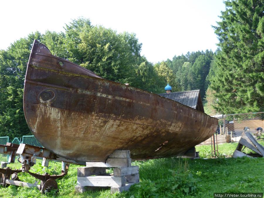 Вот оно, днище самого первого парохода, бороздившего воды Телецкого озера. Располагается между озером и церковью.