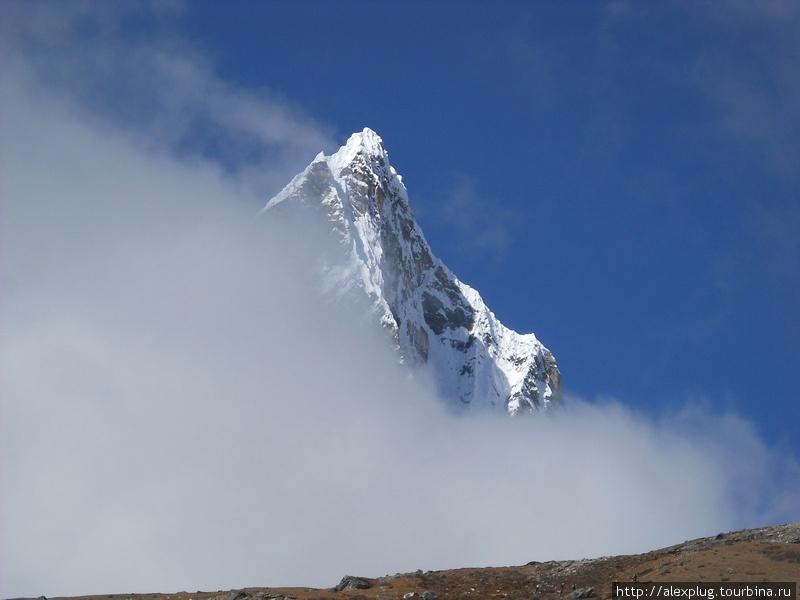 Лобуче Восточная стыдливо прячется в облаках