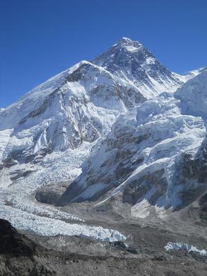 Эверест. На первом плане — западное ребро Эвереста.
