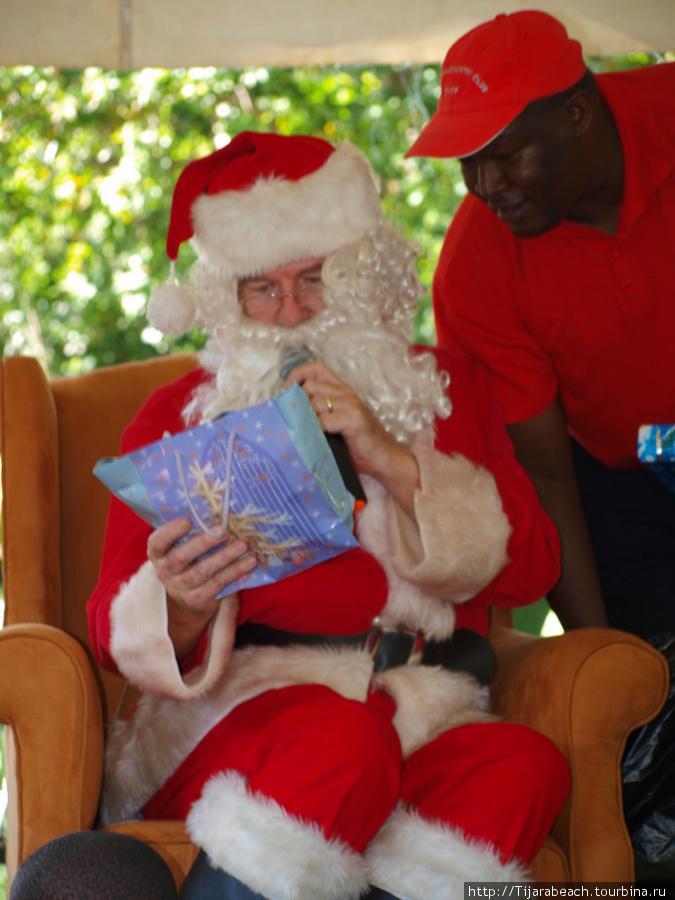 Дед Мороз и ..., не, не Снегурочка!!! Просто помощник! Раздают подарки деткам.