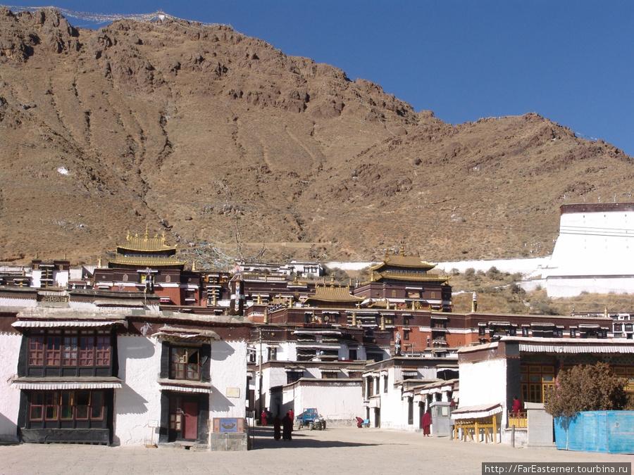 Вид на монастырь Ташилхунпо от ворот