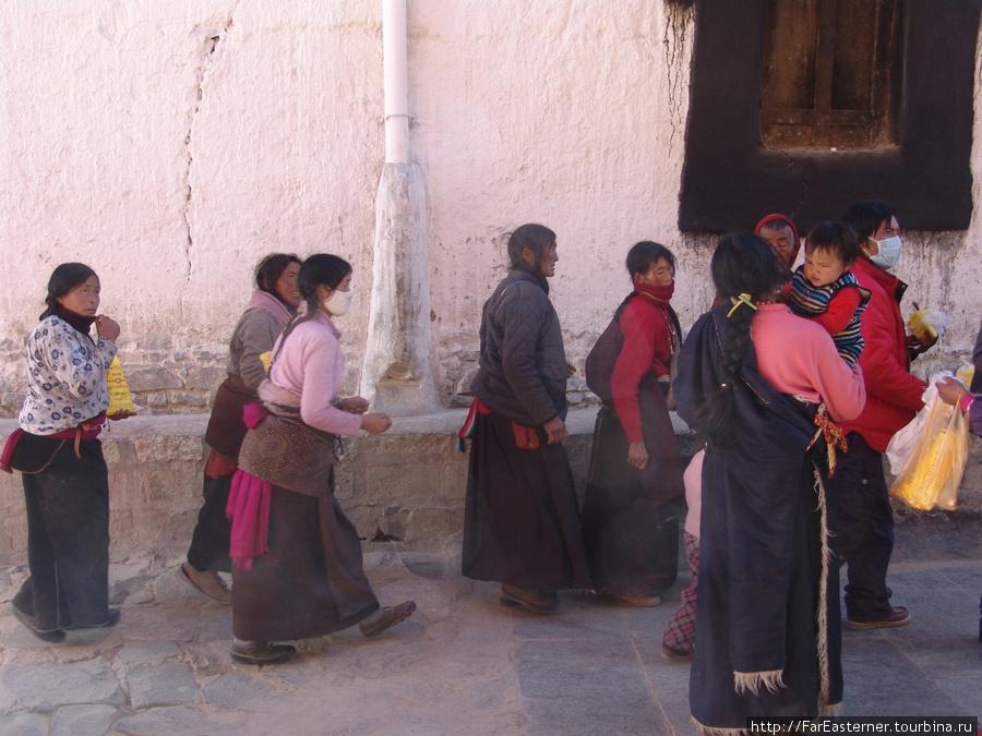 Паломники прибывают сюда со всего Тибета