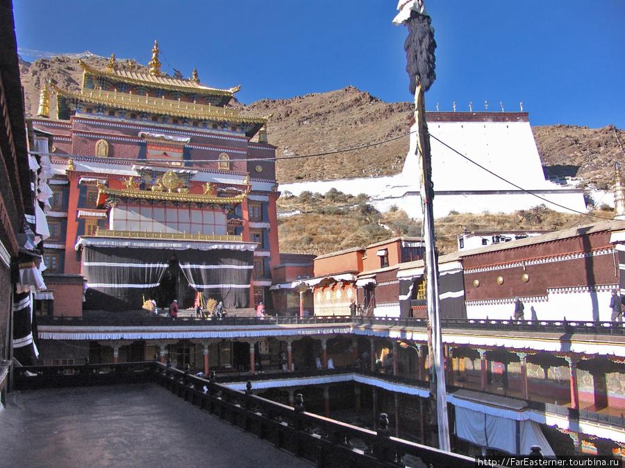 К северу от главного двора монастыря X Панчен-лама выстроил усыпальницу для своих предшественников с V по IX-го.
