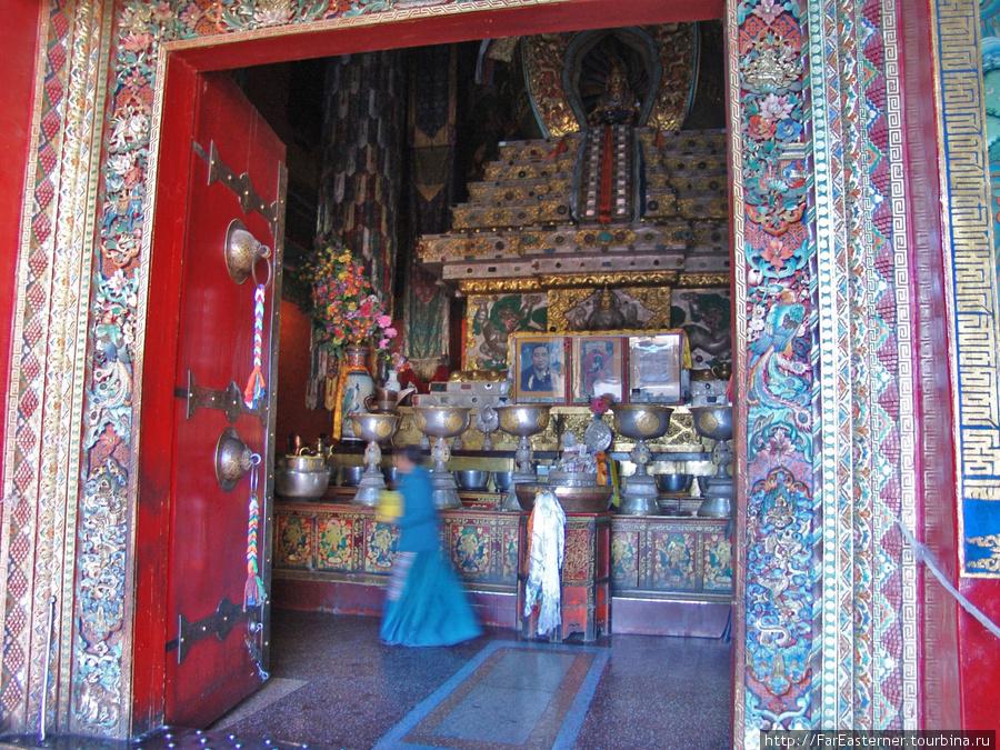 Внутри  усыпальницы с V по IX Панчен-лам видны богато украшенные ступы, где хранятся их останки