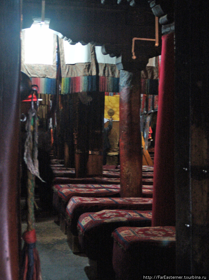 Внутри помещений Ташилхунпо запрещено фотографировать, поэтому я сделал украдкой несколько снимков в двери. Это — то что видно в двери основного храма монастыря с большим троном Панчен-лам
