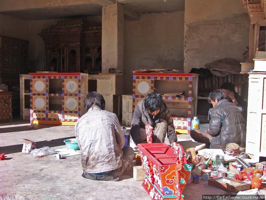 Здесь делают красивую тибетскую мебель