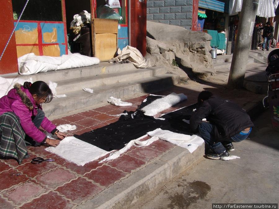 Так шьются традиционные тибетские шубы — прямо на тротуаре
