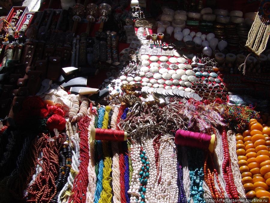 Тибетское серебро и бижутерия на базаре Шигадзе