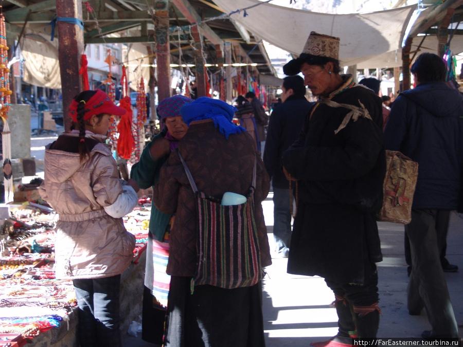 Тибетская семья из провинции закупает приданое из серебряных украшений на базаре Шигадзе
