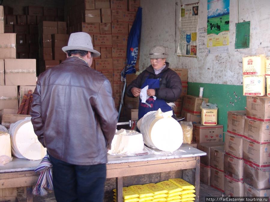 тибетец покупает сыр из молока яков