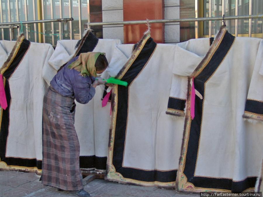 а это висят тибетские шубы на бараньем меху