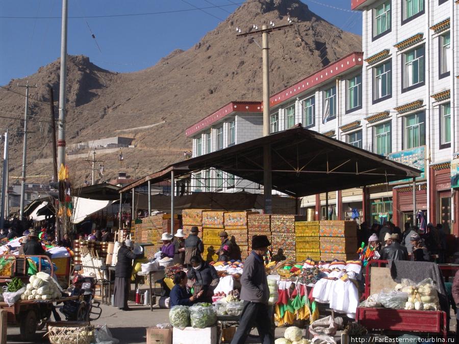 На перекрестке Qingdao Lu с Shandong Lu виден базар Шигадзе и сверкает вывешенная бижутерия