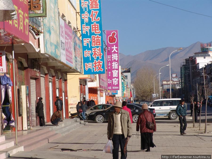 Вывески китайского квартала на путонгхуа и тибетском, а торгуют здесь привозным ширпотребом