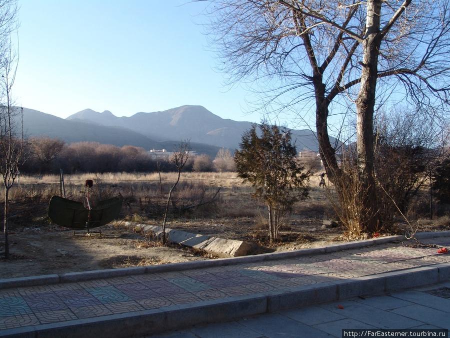 Из парка в летнем дворце Панчен-лам открываются красивые виды