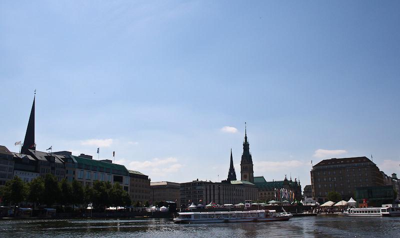 Вид на Юнгфернштиг, причал корабликов и так называемый Внутренний Альстер.
