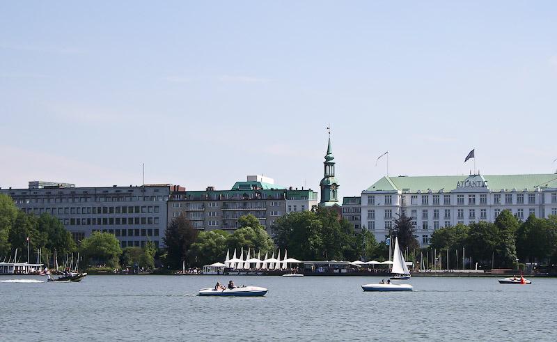 Вид на парусный клуб и отель Кемпински, где был один из эпизодов Бондианы.