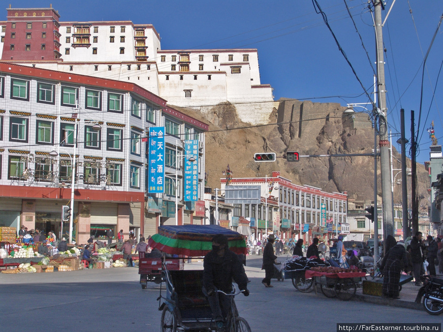 Перекресток Shandong Lu и Qingdao Lu с дзонгом Шигадзе на заднем плане