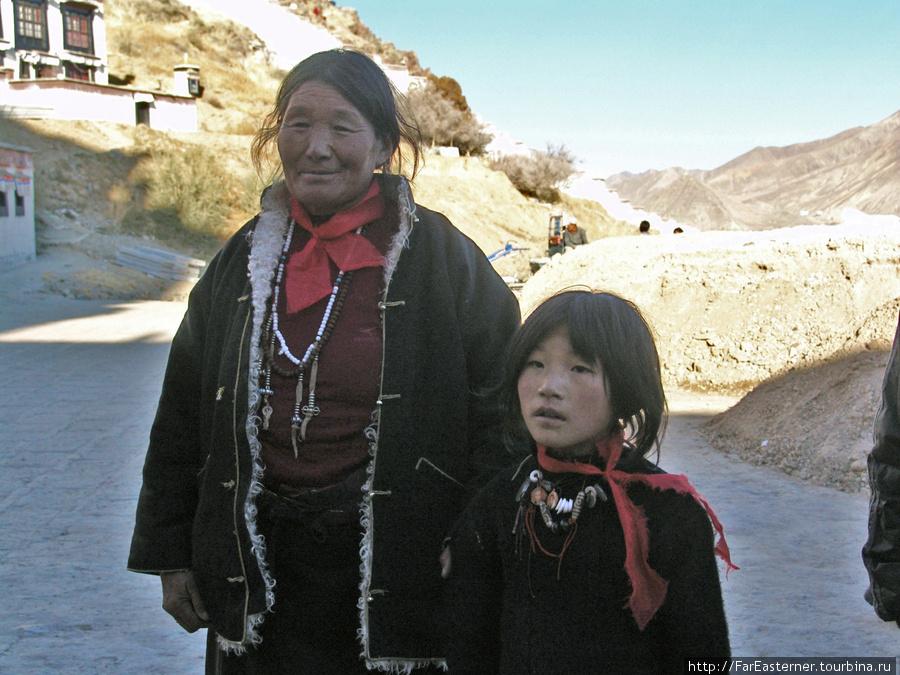 Тибетка с девушкой позируют для туристов нашей группы