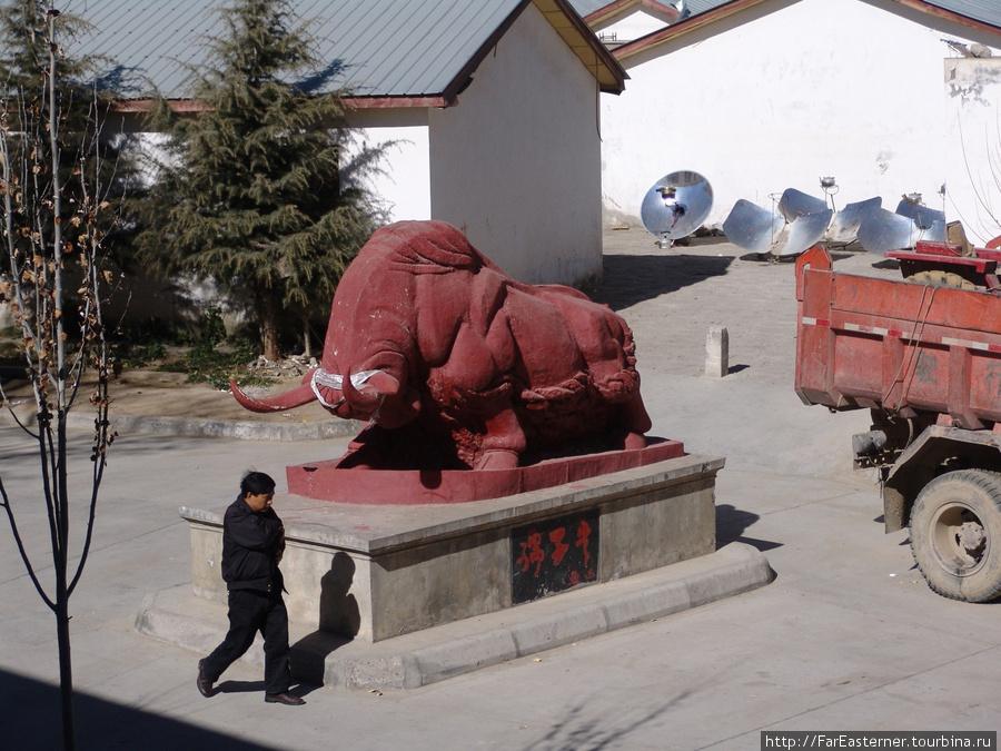 Красный слон во дворе отеля Qomolangma Friendship