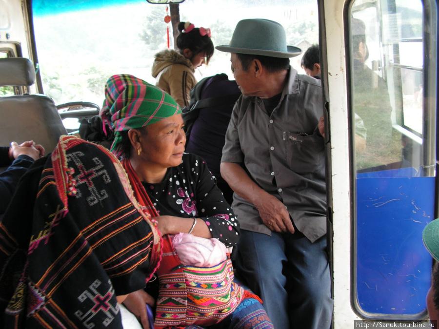 Лаос. По пути наш международный автобус постоянно кого-то подбирал