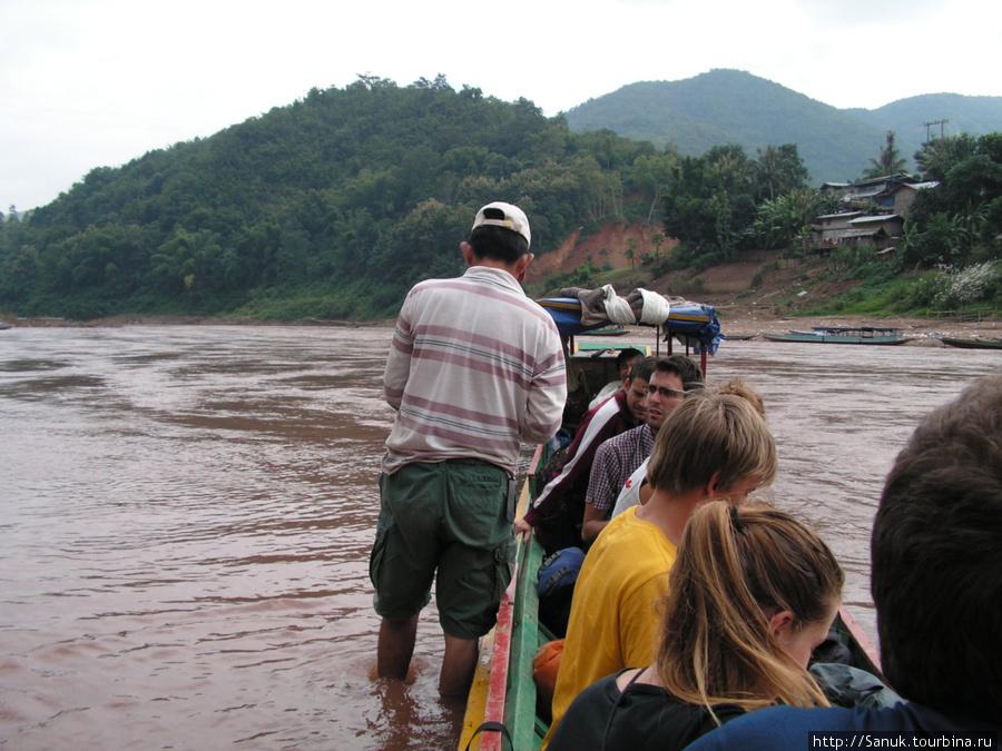 Лаос, Muong Khoa. Собирают денежку за переправу