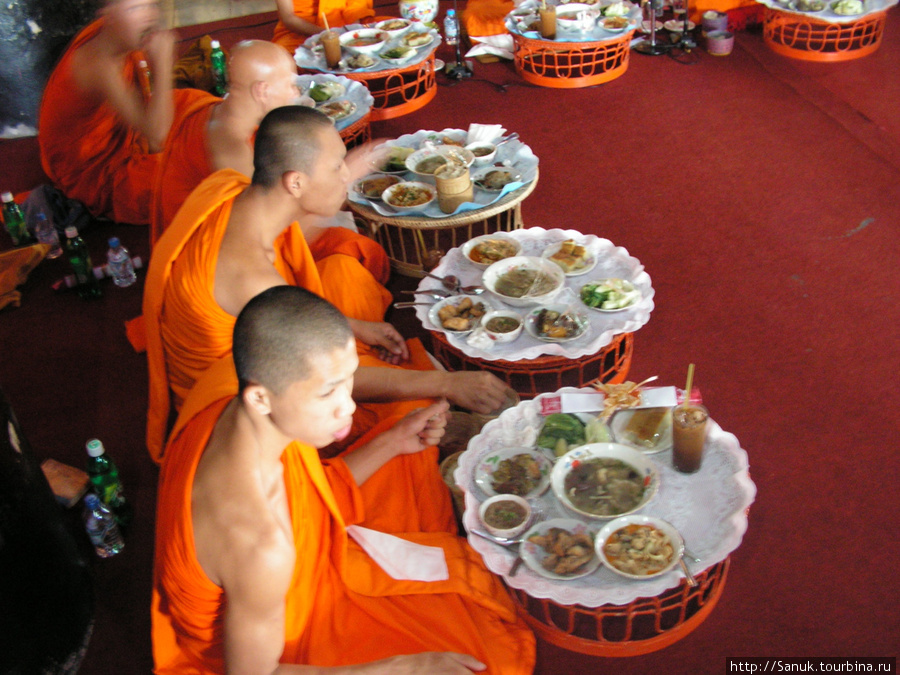 Luang Prabang. Монашеская трапеза