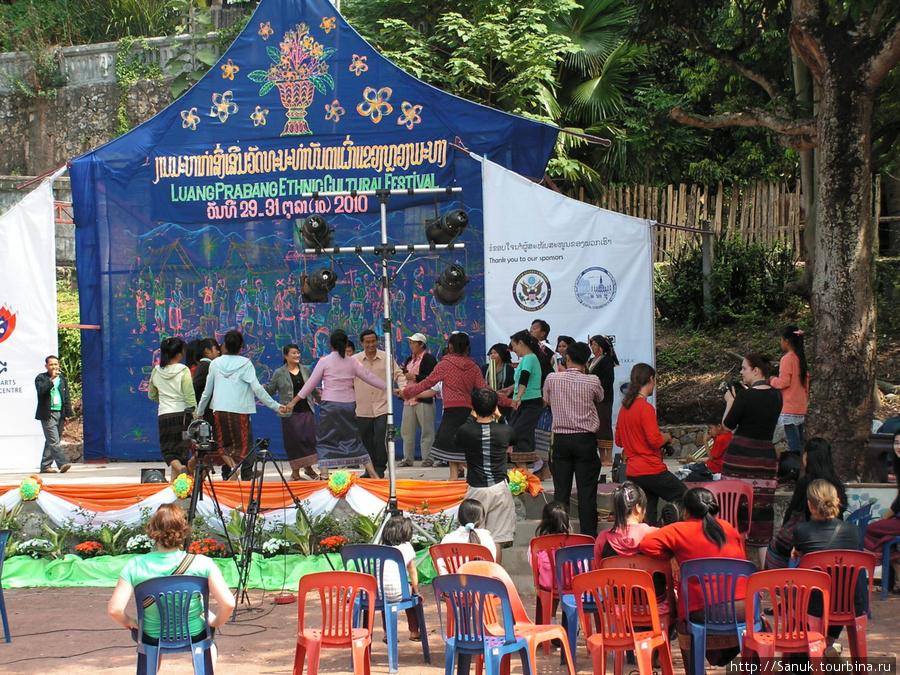 Luang Prabang Ethnic Cultural Festival. Вечером почти все места будут заняты
