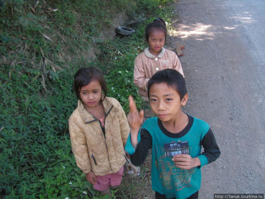 Лаос. Дети на дороге