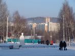 На площади перед вокзалом стоит памятник знаменитому БАМовцу.