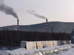 Трубы электростанции задымляют зимнее небо над Тындой