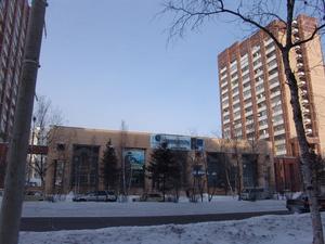 Между жилыми 16-этажками построили магазины и кафе. Это — компьютерный магазин