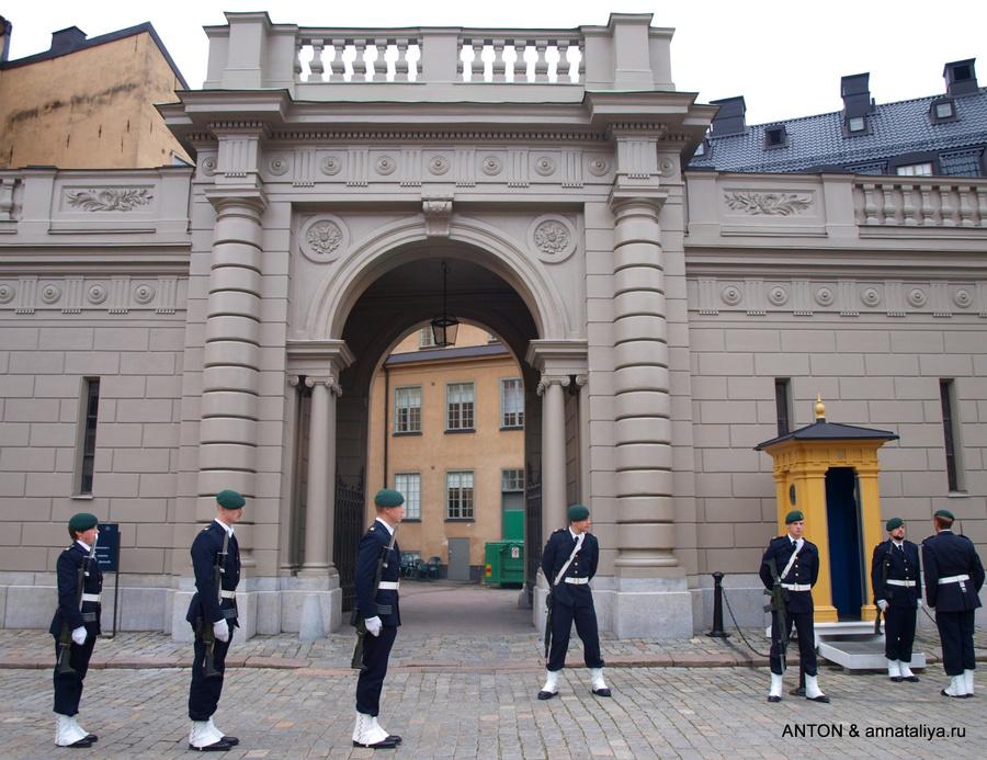 Смена почетного караула у королевского дворца
