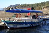 Лодка у пристани на пляже Изтузу