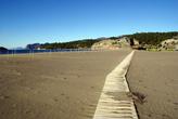 Дорожка на пляже Изтуту — чтобы ненароком не подавить черепашьи кладки