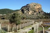 Дорога к руинам Кауноса — с двух сторон заборы из колючей проволоки