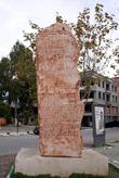 Памятник у церкви Святого Николая