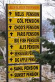 Указатель направлений к пансионам и ресторанам для туристов