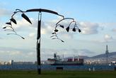 Авангардная скульптура на берегу моря в Измире