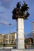Памятник на набережной в Измире