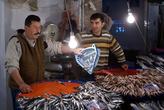 Продавцы рыбой на рынке в Измире