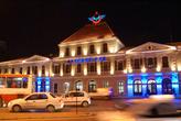 Ночью у здания вокзала