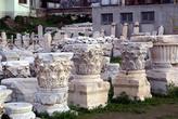 Куски колонн на Агоре в Измире