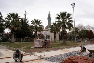 Возле Археологического музея в Изнике кладут плитку