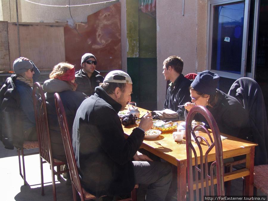 Другие иностранцы обедают