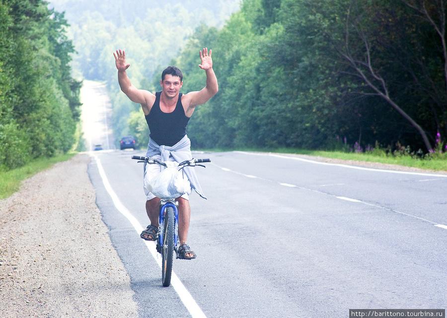 Мой двоюродный братец Юра Решетников на велосипедиста совсем не похож...