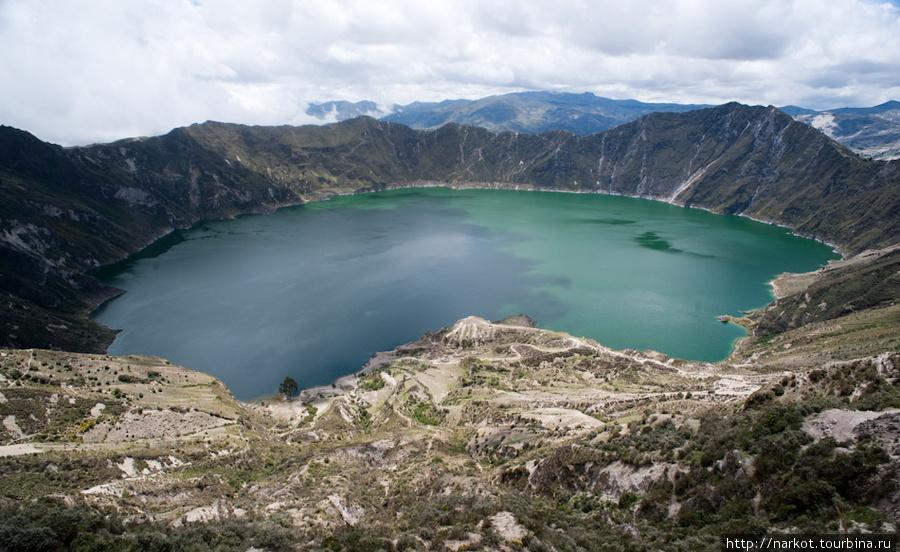 потухший кратер вулкана Килотоа с образовавшимся серным озером
