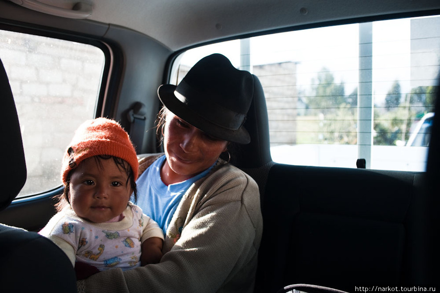 я обычно подвозил местных жителей в кузове пикапа, но эта с ребенком села в машину. Некоторые дети ходят по утрам в школу по 15 км пешком.